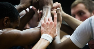 basketball-team-huddle